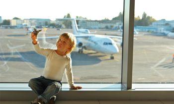 Мальчик на фоне самолета