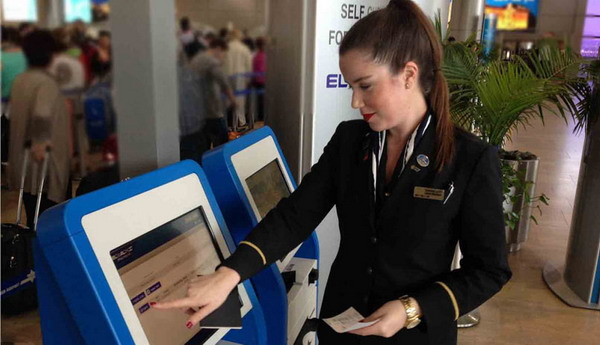 Сотрудница «Эль Аль» демонстрирует самостоятельную регистрацию