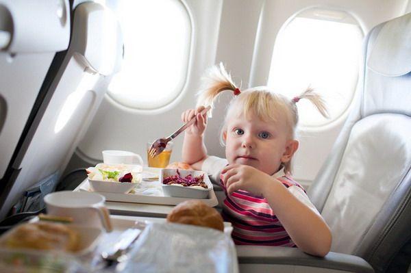 Еда детей во время полёта