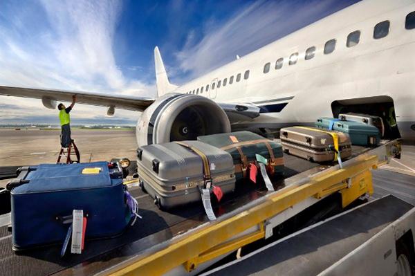 Несколько чемоданов на багажной ленте