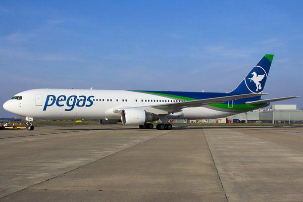 Самолет авиакомпании легко узнаваем по яркому логотипу