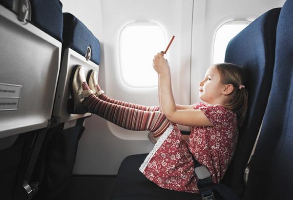 Девочка на борту самолета
