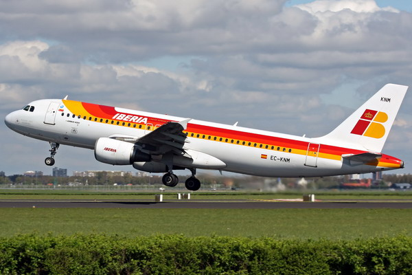 Взлет самолета с логотипом Иберия