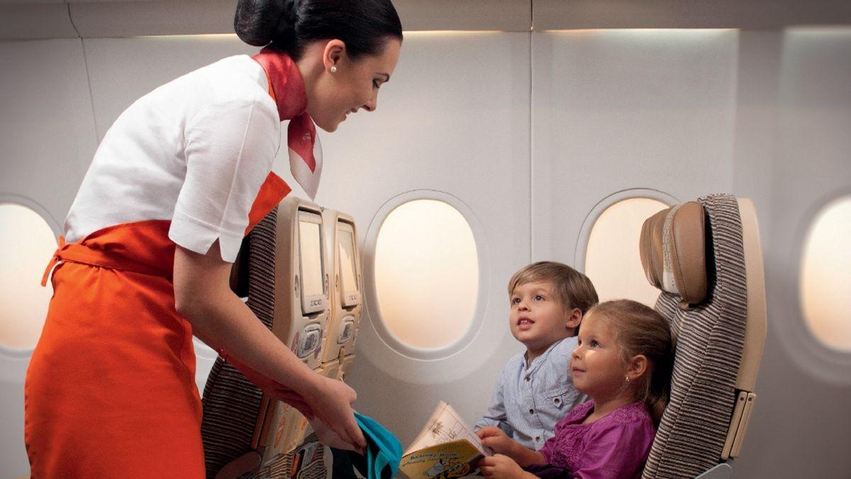 Дети и стюардесса