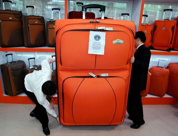 И чемодан может не вписаться в принятые габариты