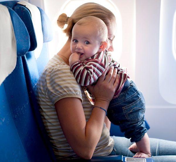 Пассажиры с маленькими детьми имеют приоритет при посадке
