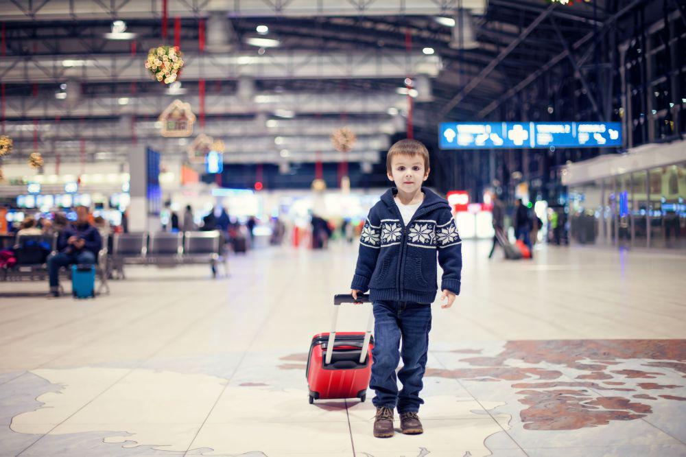 Мальчик с красным чемоданом