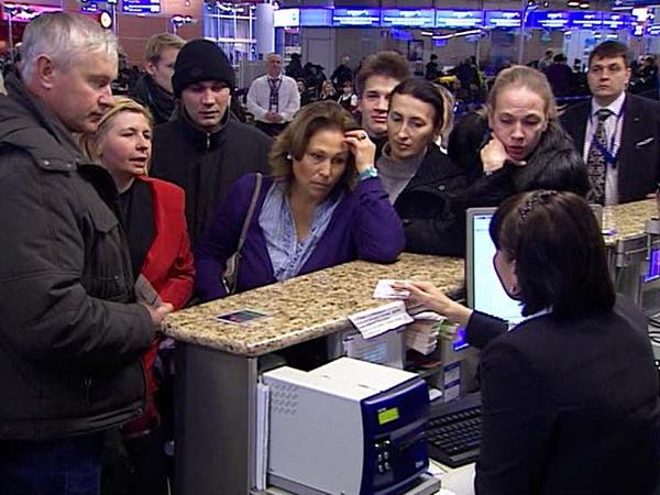 Представители авиаперевозчика или аэропорта должны информировать пассажиров о том, что вылет отложен