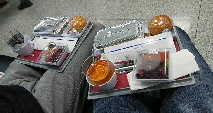 После 4 часов ожидания пассажиры получают горячую еду