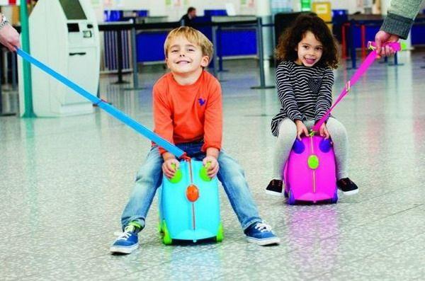 Юные путешественники сопровождаются и в здании аэропорта