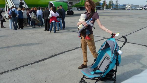 Детские коляски сдаются в багаж у трапа самолета