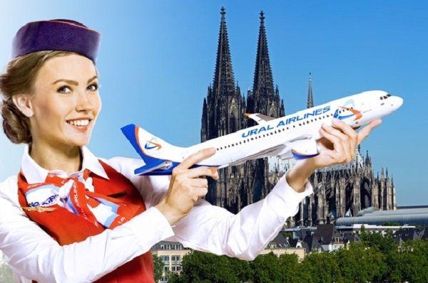 Стюардесса с моделью самолета в руке