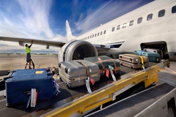 Погрузка багажа на самолет