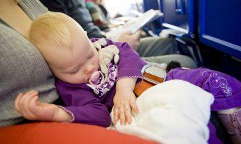 Грудничок с мамой в самолете