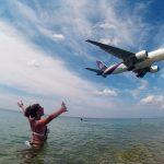 Самолет низко летит над пляжем