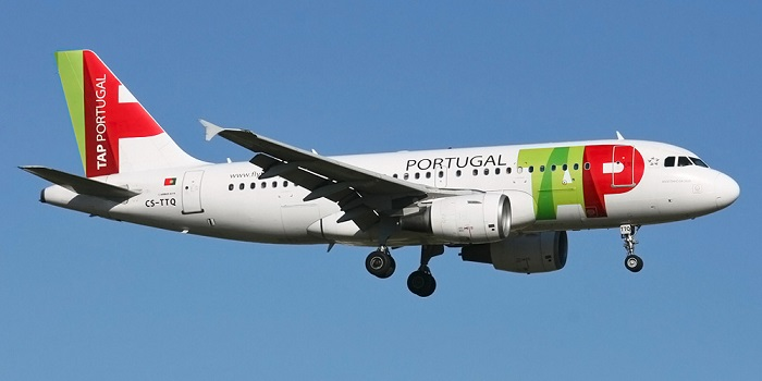Самолет с символикой авиалинии