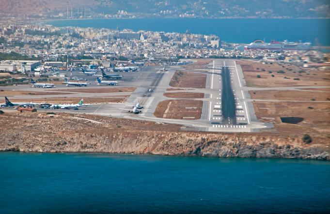 Вид на аэропорт Ираклион при посадке