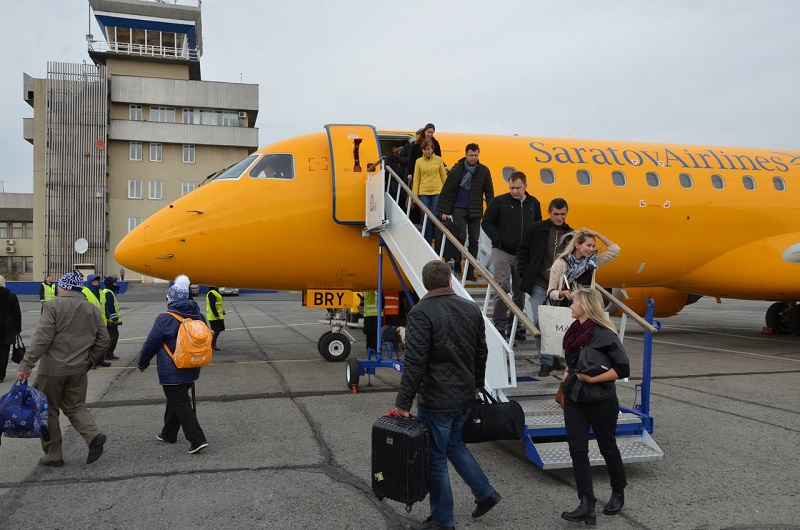 Самолет Саратовских авиалиний в аэропорту Орск