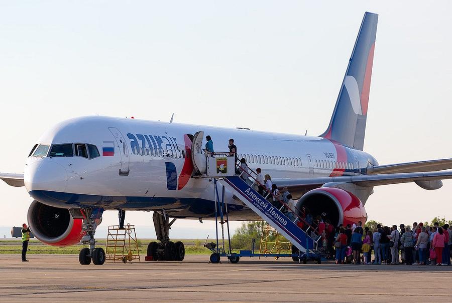 Посадка пассажиров на чартерный рейс авиакомпании Azur Air