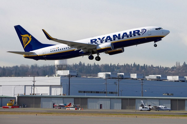 Самолет Ryanair на фоне ангара в аэропорту Бергамо
