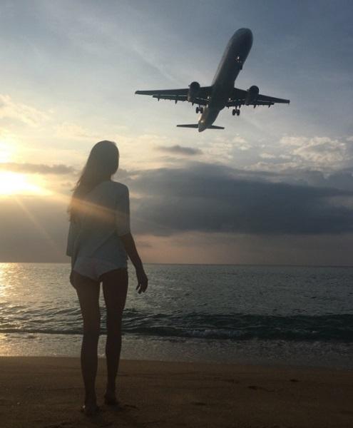 Необычное фото с приземляющимся самолетом