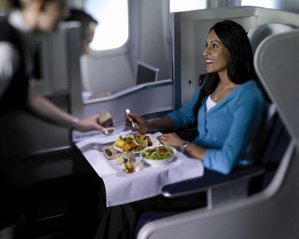 Стюардесса приносит еду пассажиру