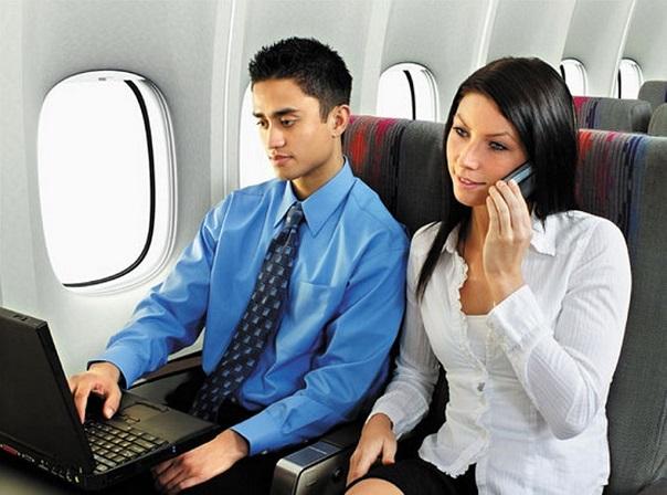 Пара с телефоном и ноутбуком