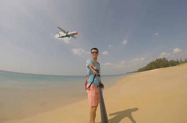 Пляж в Пхукете с приземляющимися самолетами