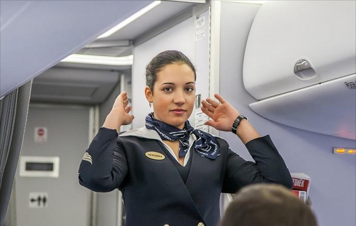 Стюардесса объясняет правила