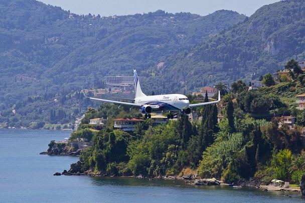 Самолет одной из авиакомпаний приземляется в аэропорт