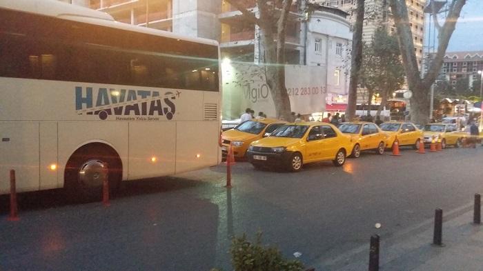 Остановка автобуса Хаваташ на площади Таксим