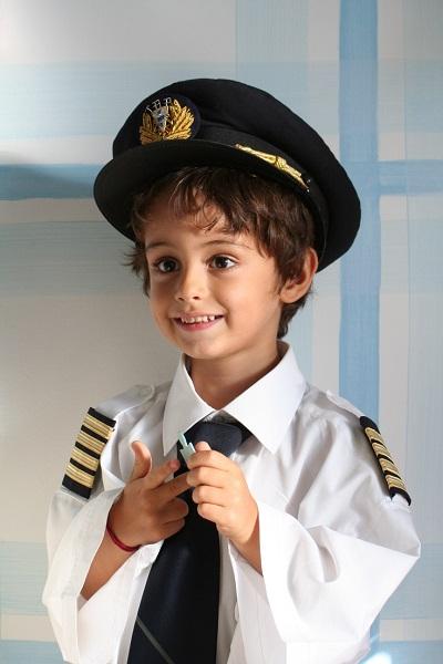 Мальчик в форме пилота авиалинии