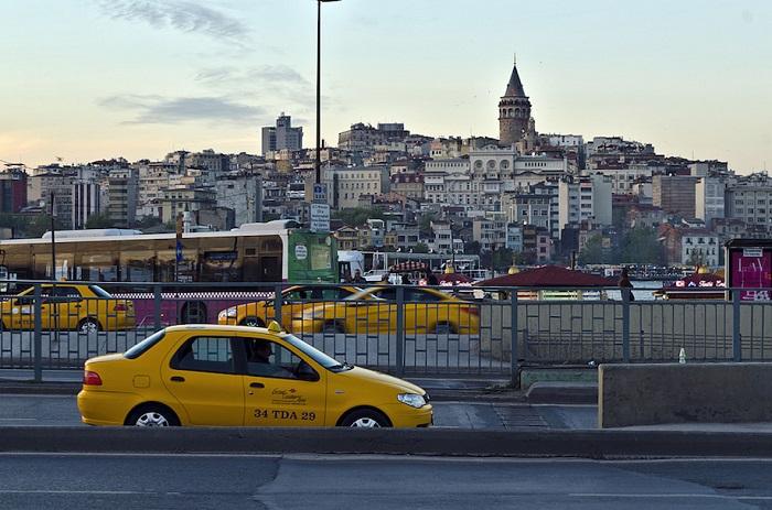 Машина такси Стамбула на набережной
