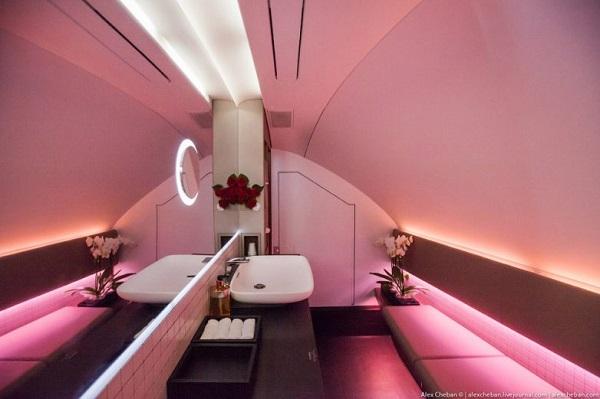 Туалет первого и бизнес-класса на борту первого А380 Qatar Airways