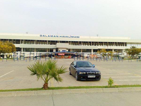 Внешний вид аэровокзала с парковочной зоной