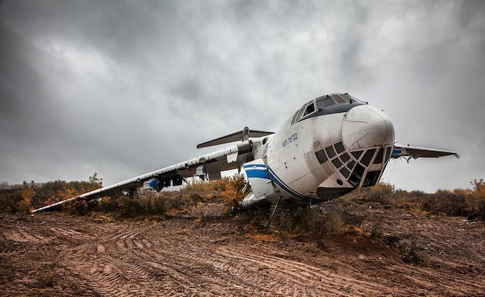 На территории еще остались брошенные самолеты