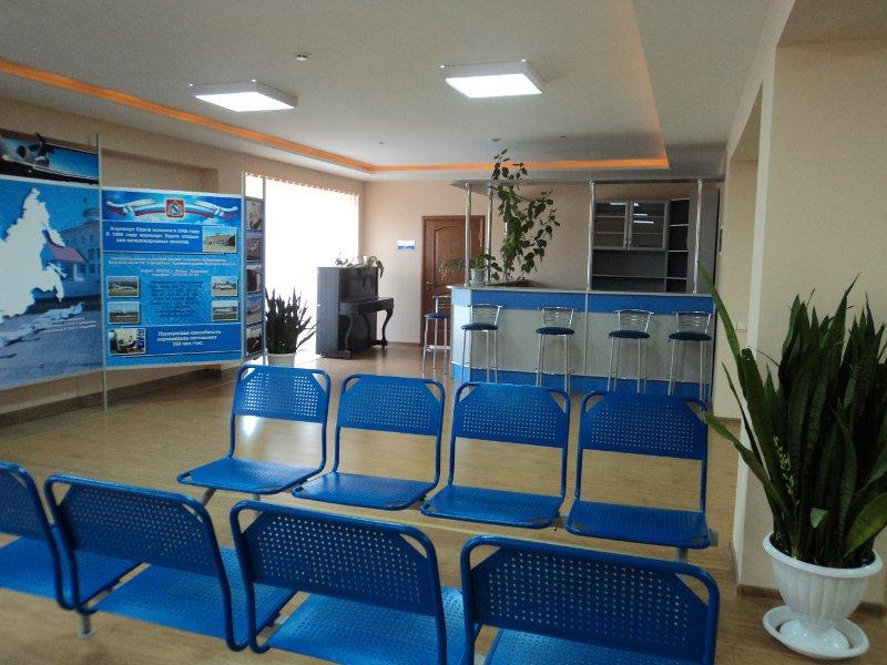 Небольшой, но уютный зал ожидания в аэропорте