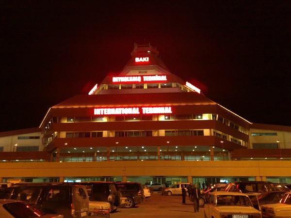 Особенно величественно аэровокзал выглядит ночью