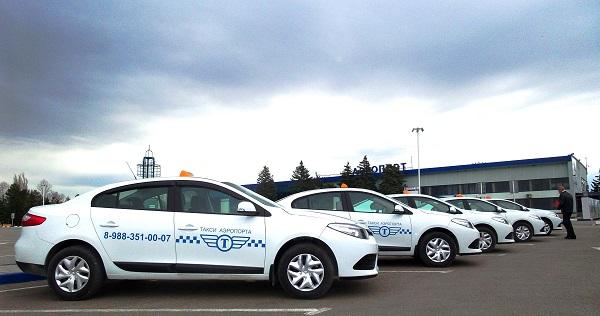В аэропорту действует официальная служба такси