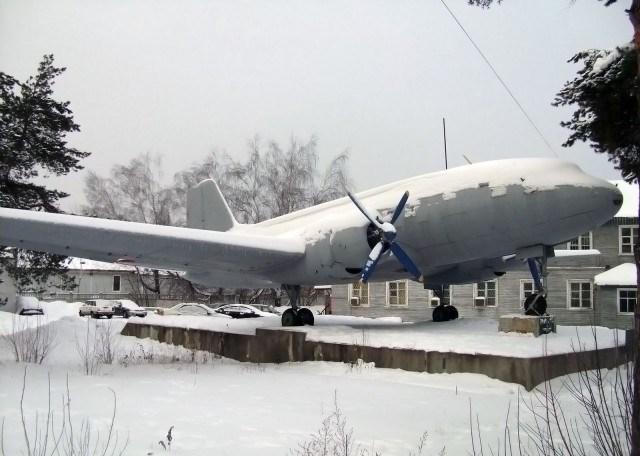 Еще недавно последний Ил-12 стоял на постаменте перед зданием аэровокзала
