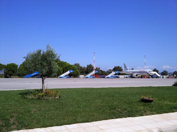 Самолет на аэродроме Араксос
