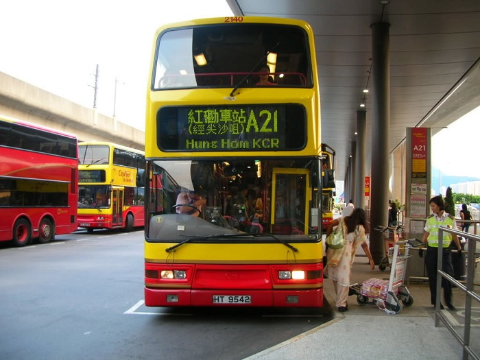 Доехать от аэропорта можно на двухэтажных автобусах