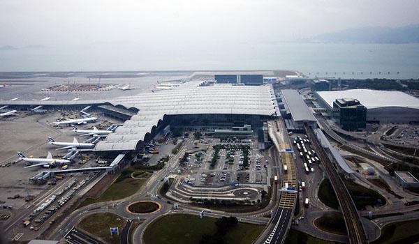 Вид на открытую парковку в аэропорту Гонгонга