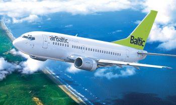 Самолет AirBaltic в полете