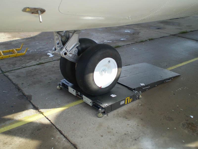 Вес самолета измеряют авиационными весами