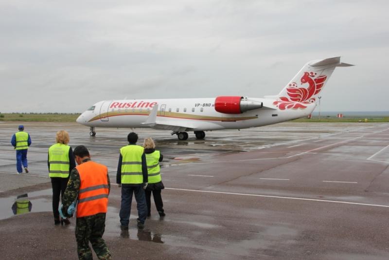 Самолет РусЛайн на взлетно-посадочной полосе воздушного порта Элиста