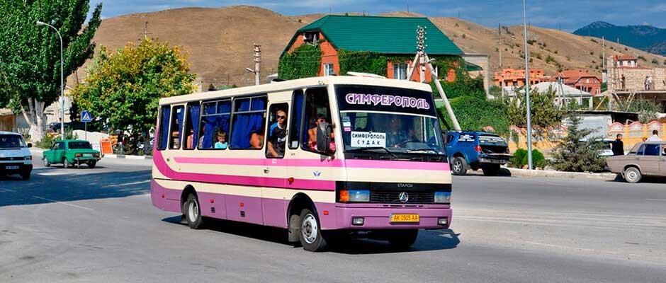 Рейсовый автобус, отправляющийся из городского центра от автобусной станции