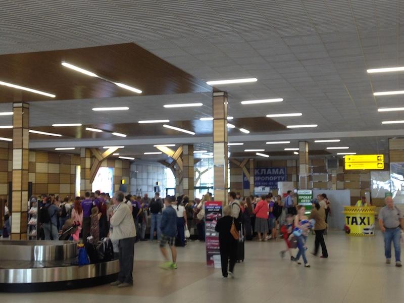 Стойка заказа такси в воздушном порту Симферополя