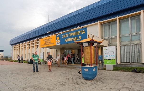 Перед залом прилета аэропорта