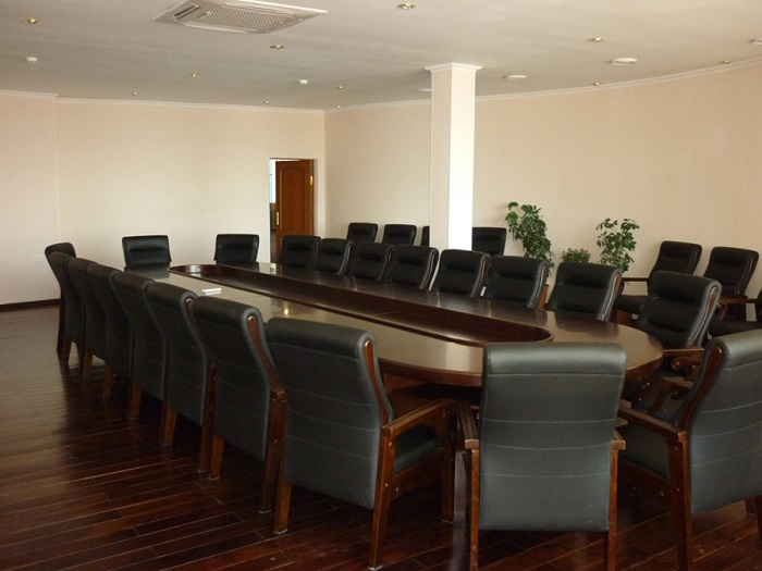 Зал переговоров на аэровокзале Кадала